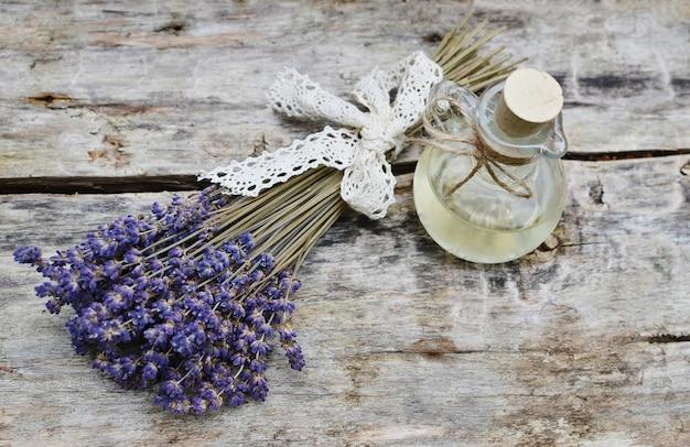 Ingredientes naturais para corpo caseiro lavanda sal esfoliante sabão conceito de beleza de óleo