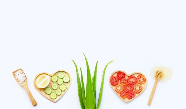 Ingredientes naturais para cuidados com a pele caseiros em branco