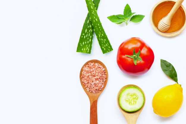Ingredientes naturais para cuidados com a pele caseiros em branco.