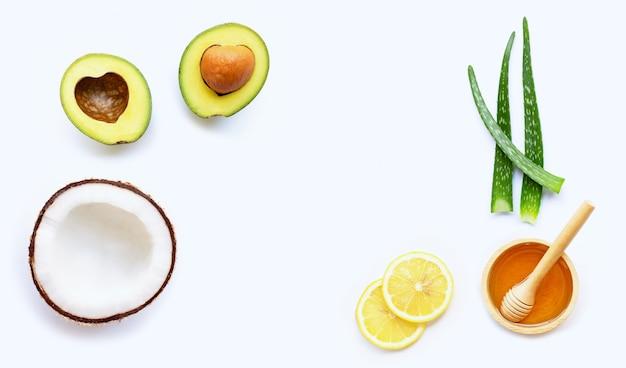 Ingredientes naturais para cuidados com a pele caseiros no fundo branco.