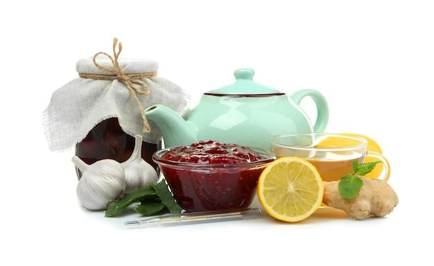 Ingredientes naturais para remédio para tosse em fundo branco