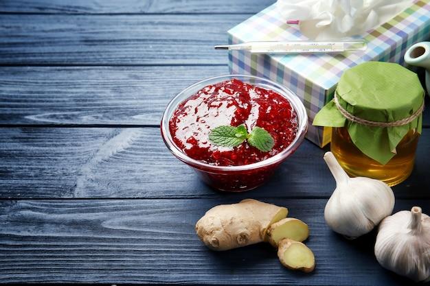 Ingredientes naturais para remédio para tosse na mesa de madeira