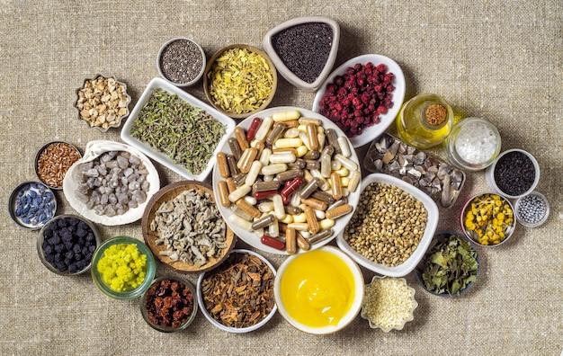 Ingredientes orgânicos à base de ervas e minerais e suplementos dietéticos em cápsulas. vitaminas e bioaditivos