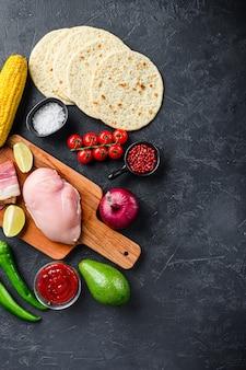 Ingredientes orgânicos crus para tacos com carne de frango, tortilla de milho
