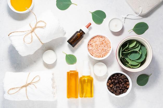 Ingredientes orgânicos frescos para cosméticos caseiros, spa, massagem e aromaterapia na vista superior de mesa de mármore branco.