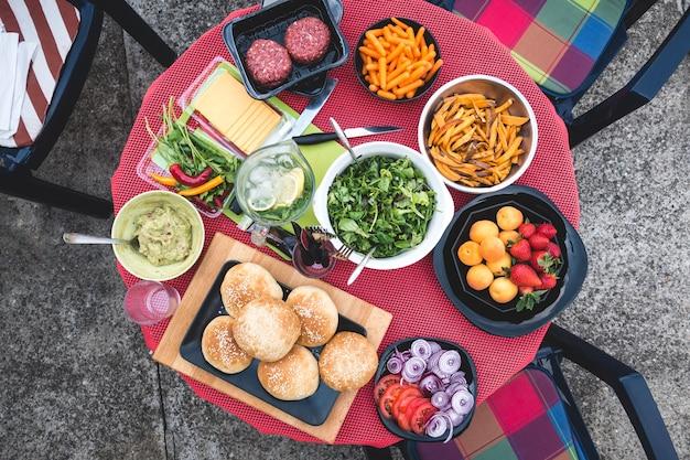 Ingredientes orgânicos prontos para um hambúrguer caseiro em uma festa de jardim de verão