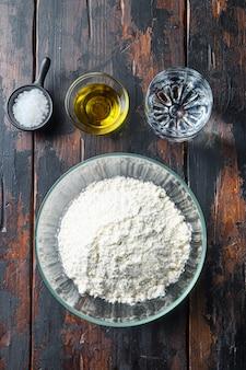 Ingredientes para a massa, farinha, óleo, água e sal