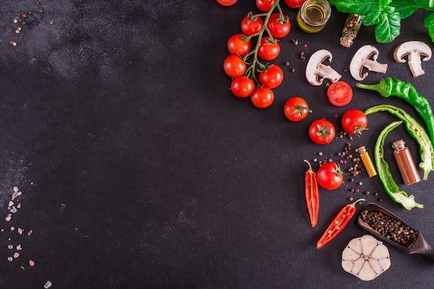Ingredientes para a preparação da saborosa pizza italiana. fundo com copyspace