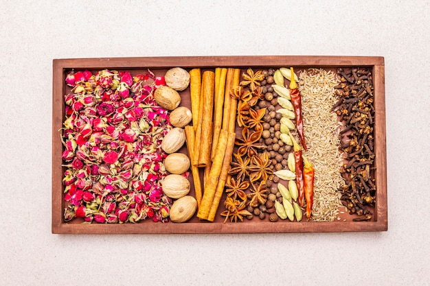 Ingredientes para a preparação picante oriental ras el hanout