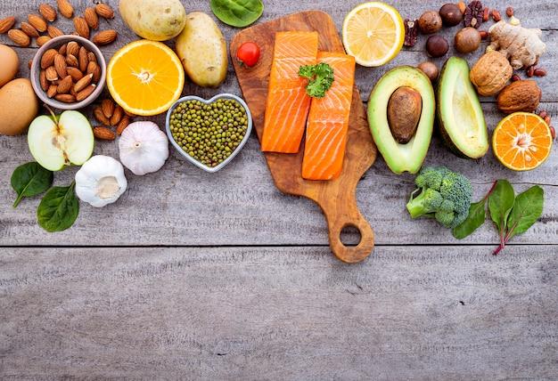 Ingredientes para a seleção de alimentos saudáveis em fundo branco.