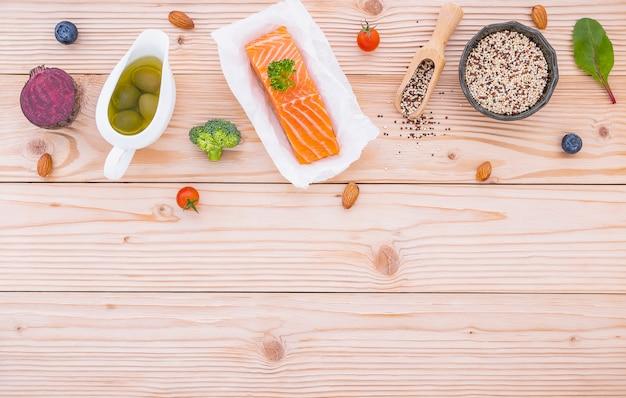 Ingredientes para a seleção de alimentos saudáveis em madeira.