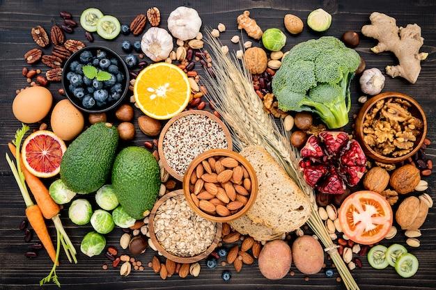 Ingredientes para a seleção de alimentos saudáveis montados em madeira