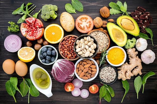Ingredientes para a seleção de alimentos saudáveis na mesa de madeira.