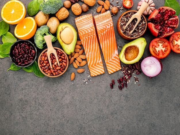 Ingredientes para a seleção de alimentos saudáveis no escuro.