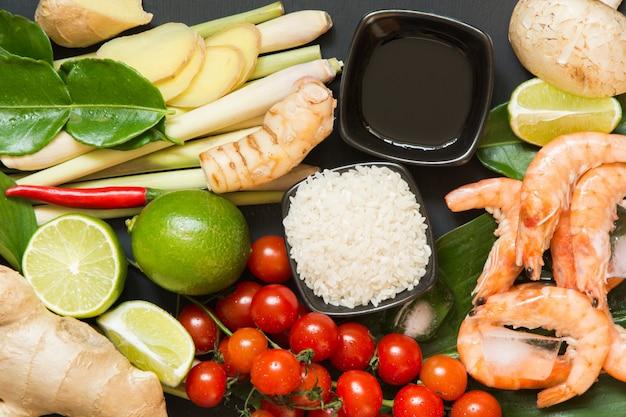 Ingredientes para a sopa picante tailandesa tom-yum kung.