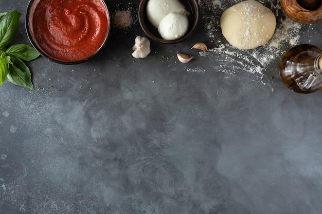 Ingredientes para a tradicional pizza italiana margherita