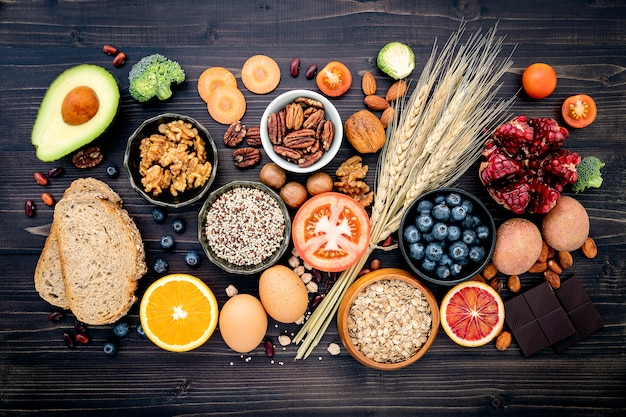 Ingredientes para alimentos saudáveis na mesa de madeira