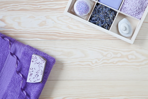 Ingredientes para aromaterapia e spa, sal marinho aromático e toalhas.
