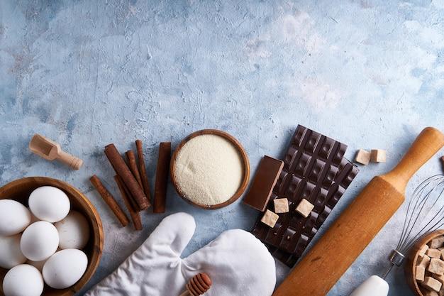 Ingredientes para assar biscoitos, bolo. ferramentas, pratos para cozinhar