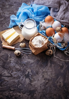 Ingredientes para assar. leite, manteiga, ovos, farinha