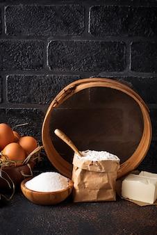 Ingredientes para assar. manteiga, ovos, açúcar e farinha