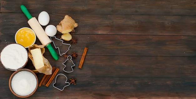 Ingredientes para assar pão de gengibre em uma mesa escura