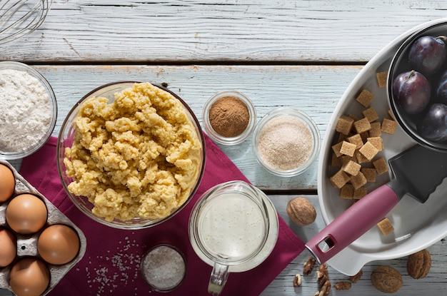 Ingredientes para assar torta caseira de ameixa.