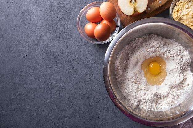 Ingredientes para assar torta fresca. vista do topo.