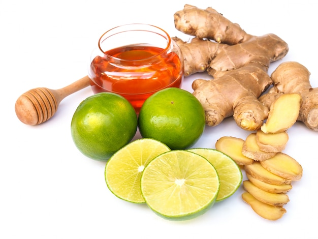 Ingredientes para bebidas de suco de chá com mel, limão, limão cítrico e gengibre isolado no espaço em branco.