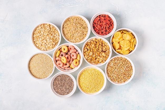 Ingredientes para café da manhã saudável em tigelas