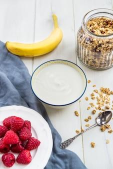 Ingredientes para café da manhã saudável granola