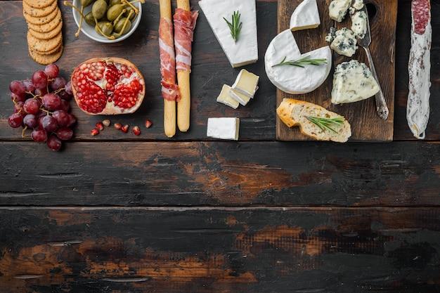 Ingredientes para comida mediterrânea, queijo de carne, conjunto de ervas, em madeira escura