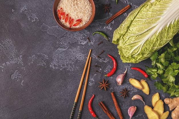 Ingredientes para comida picante asiática em uma mesa