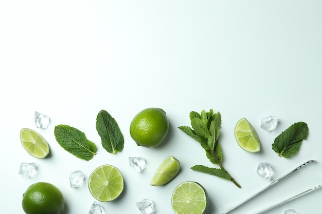 Ingredientes para coquetel de mojito em fundo branco, espaço para texto