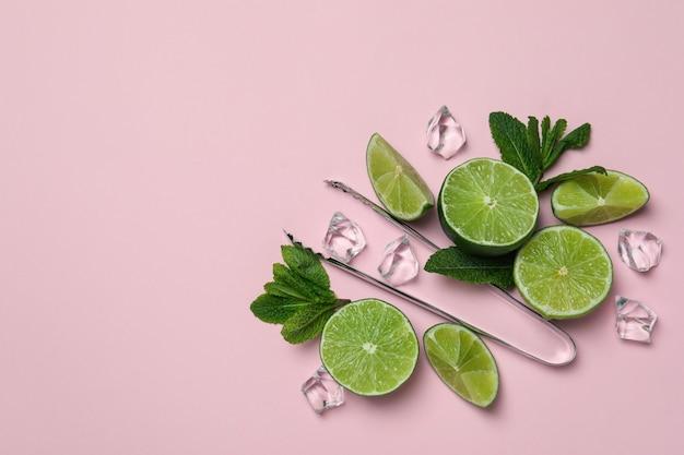 Ingredientes para coquetel de mojito em fundo rosa