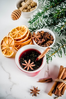 Ingredientes para coquetel de vinho quente com especiarias