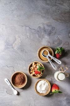 Ingredientes para cozinhar bolo de caneca