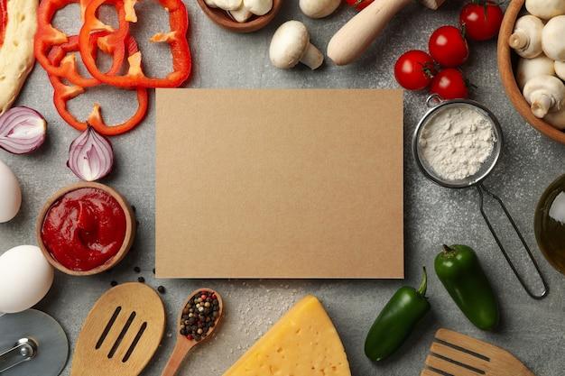 Ingredientes para cozinhar e espaço para texto em fundo cinza