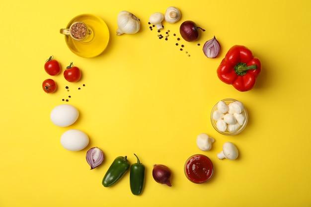 Ingredientes para cozinhar em fundo amarelo, vista superior
