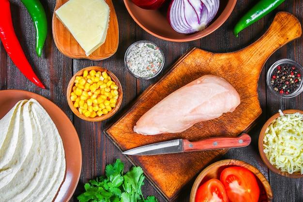 Ingredientes para cozinhar enchiladas mexicanos tradicionais.