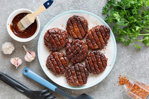 Ingredientes para cozinhar hambúrguer de carne close-up na pedra