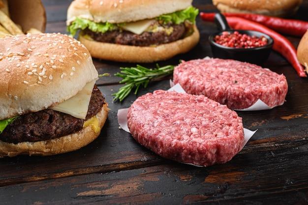 Ingredientes para cozinhar hambúrgueres na mesa de madeira.