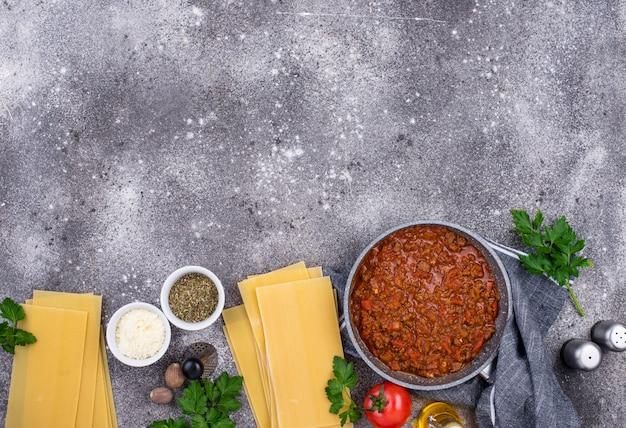 Ingredientes para cozinhar lasanha à bolonhesa