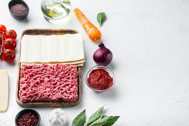 Ingredientes para cozinhar lasanha. receita de lasanha italiana caseira com molho de tomate e carne