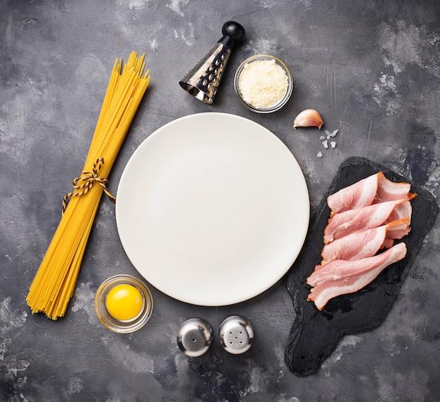 Ingredientes para cozinhar macarrão carbonara