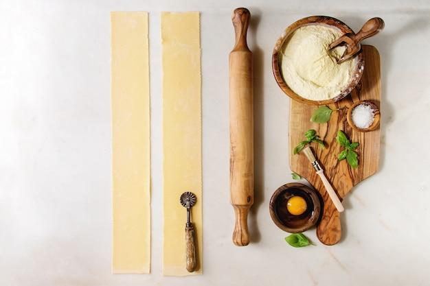 Ingredientes para cozinhar macarrão caseiro