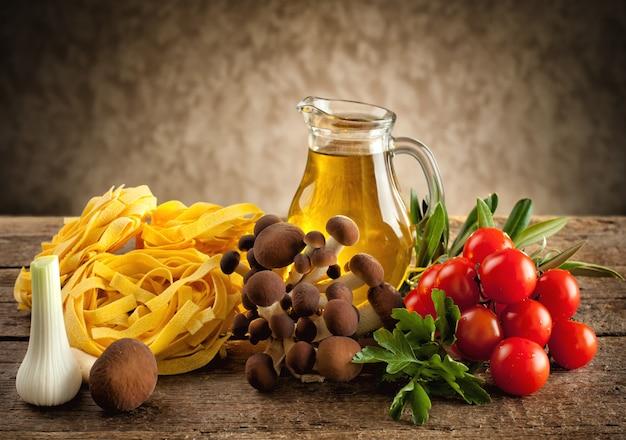 Ingredientes para cozinhar macarrão com cogumelos