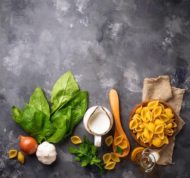 Ingredientes para cozinhar macarrão com espinafre