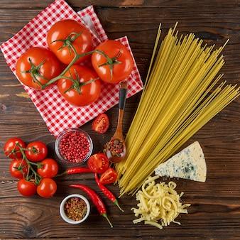 Ingredientes para cozinhar macarrão na mesa de madeira, vista superior, plana leigos