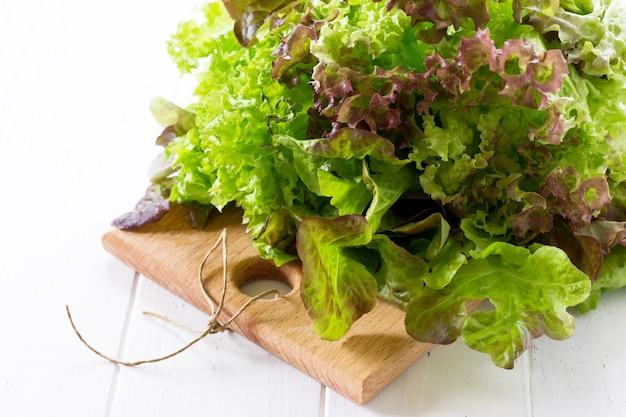 Ingredientes para cozinhar para salada de verão em uma mesa de cozinha branca copie o espaço